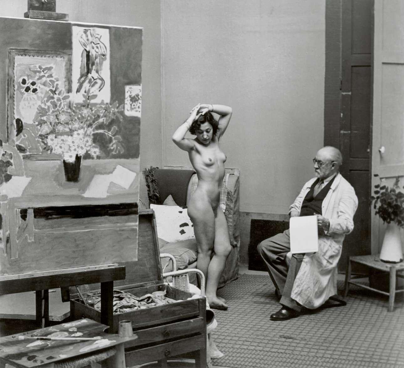 Ο Ανρί Ματίς με ένα μοντέλο, στο ατελιέ του, το  1939