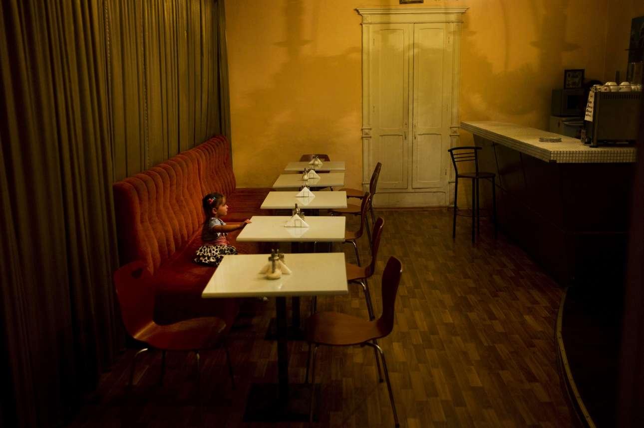 Οδησσός, Ουκρανία, 2012. «Ενα μικρό κορίτσι κάθεται μόνο του σε ένα απέραντο ξενοδοχείο. Κοιτάζει αυτό που βρίσκεται εκτός κάδρου: τη μητέρα του πίσω από το μπαρ, και τον κόσμο όλο»