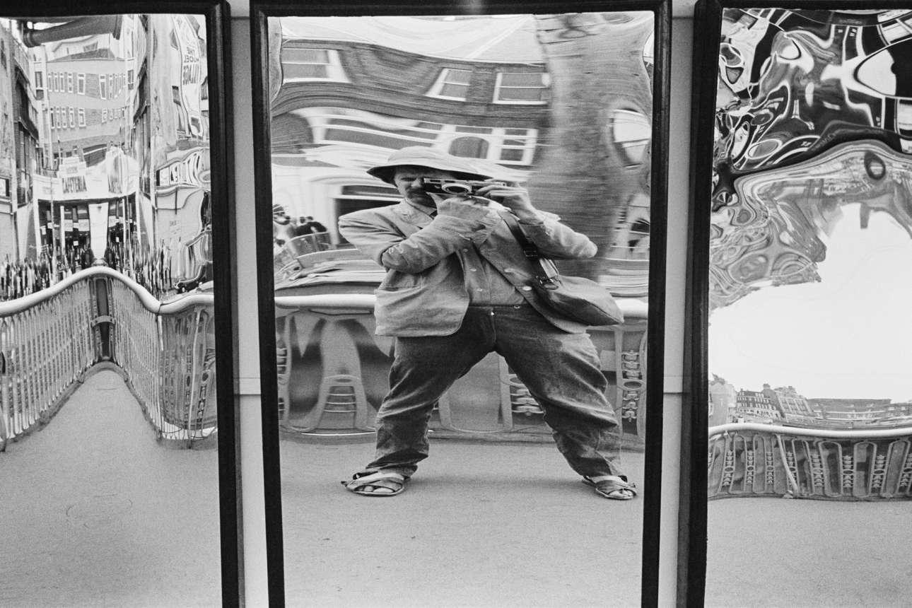 O Τόνι Ρέι Τζόουνς αυτοφωτογραφίζεται στα τέλη των 60ς