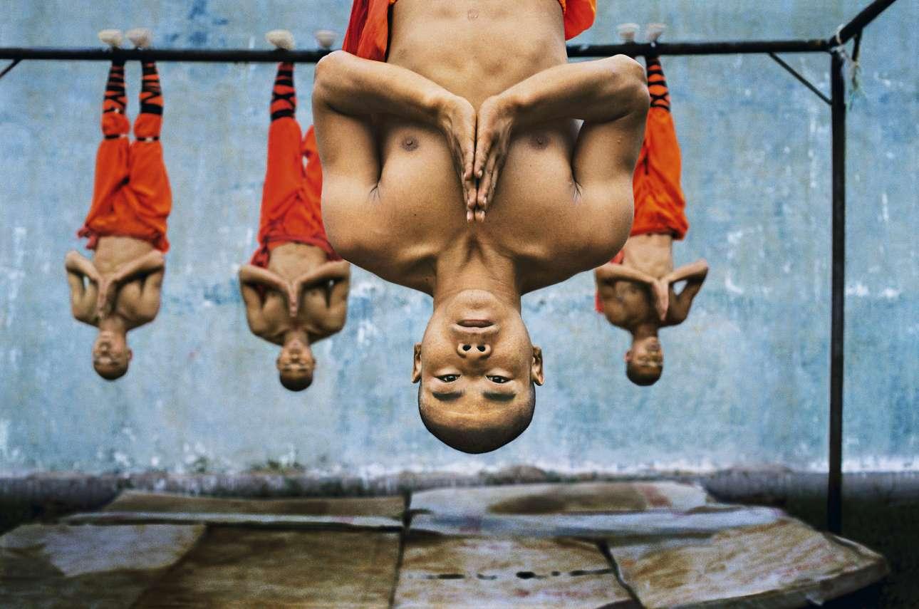 Κοντά στο Ζενγκτσου, Κίνα, 2004. «Το παγκοσμίου φήμης μοναστήρι των Σαολίν είναι γνωστό στους περισσότερους για τη σχέση του με τις πολεμικές τέχνες, και κυρίως με το Σαολίν Κουνγκ Φου. Η φυσική δύναμη και επιδεξιότητα των μοναχών είναι απίστευτη, αν και οι ίδιοι αποπνέουν μία βαθιά γαλήνη»
