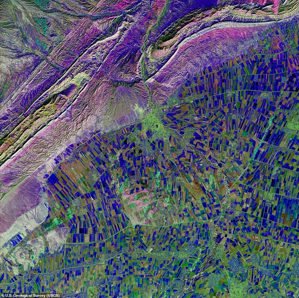 Τα στελέχη του πρότζεκτ ονόμασαν αυτή την εικόνα «Βαθύς Μπλε Κυβισμός». Είναι μια φωτογραφία από το νότιο Ουζμπεκιστάν που αποτυπώνεται η άρδευση των χωραφιών της περιοχής με το νερό διαφόρων ποταμών το οποίο κανονικά έπρεπε να καταλήγει στην Θάλασσα της Αράλης η οποία στην πραγματικότητα είναι λίμνη. Τα διαφόρων σχημάτων μπλε και πράσινα σημεία είναι χωράφια στα οποία υπάρχει βλάστηση