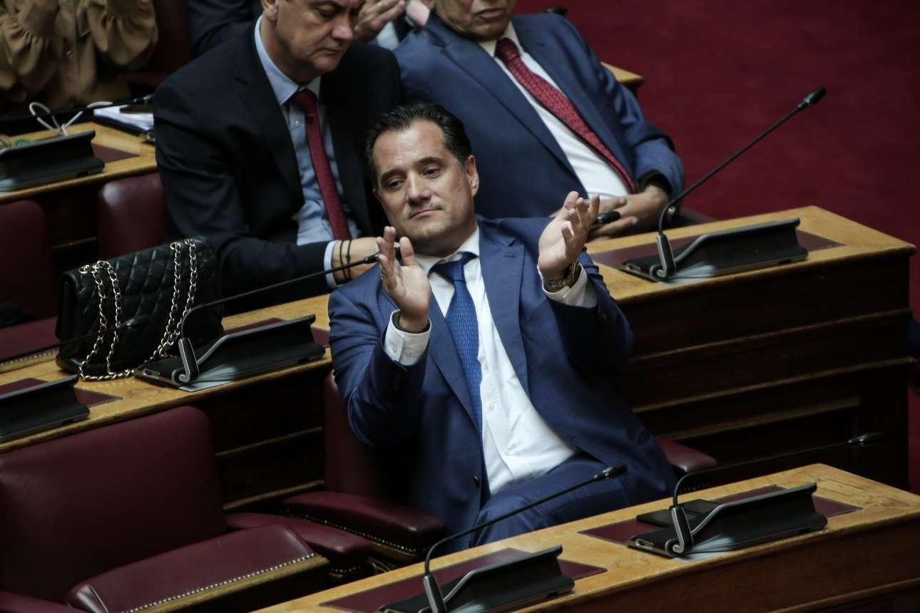 Πάντα εκφραστικός, ο υπουργός Ανάπτυξης Αδωνις Γεωργιάδης χειροκροτεί έναν ομιλητή της ΝΔ