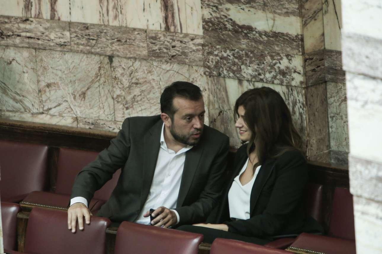 Ο έμπειρος σε τέτοιες κοινοβουλευτικές διαδικασίες Νίκος Παππάς εξηγεί κάτι στην πρωτάρα Κατερίνα Νοτοπούλου στα «ορεινά» της Βουλής