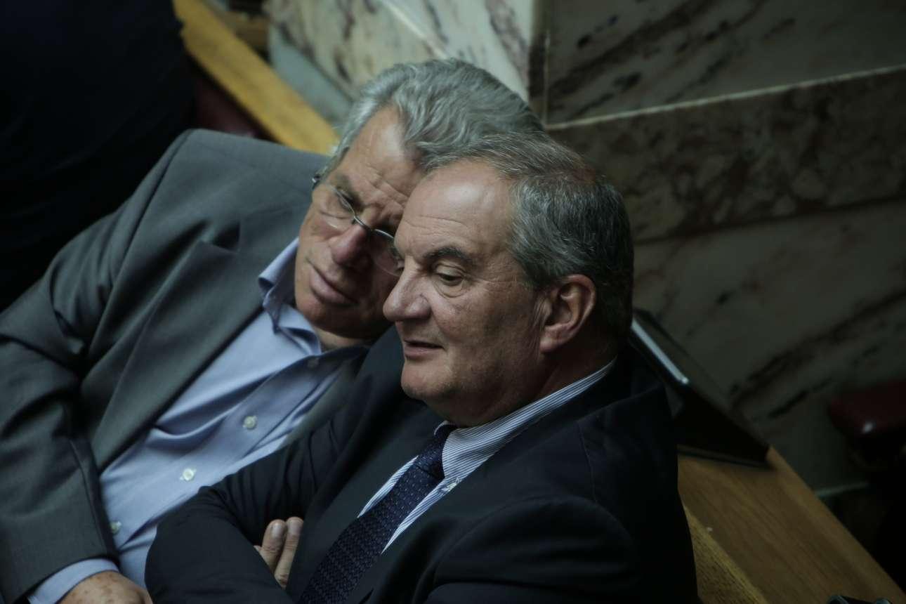 Ο πρώην Πρωθυπουργός Κώστας Καραμανλής συζητάει σε μια γωνιά της αίθουσας της Ολομέλειας