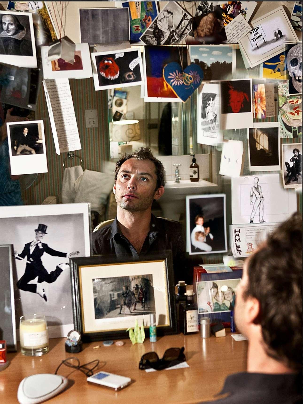 O Τζουντ Λο, λίγο πριν υποδυθεί τον Αμλετ, στο καμαρίνι του περιστοιχισμένος απο φωτογραφίες και κάρτες, το 2009