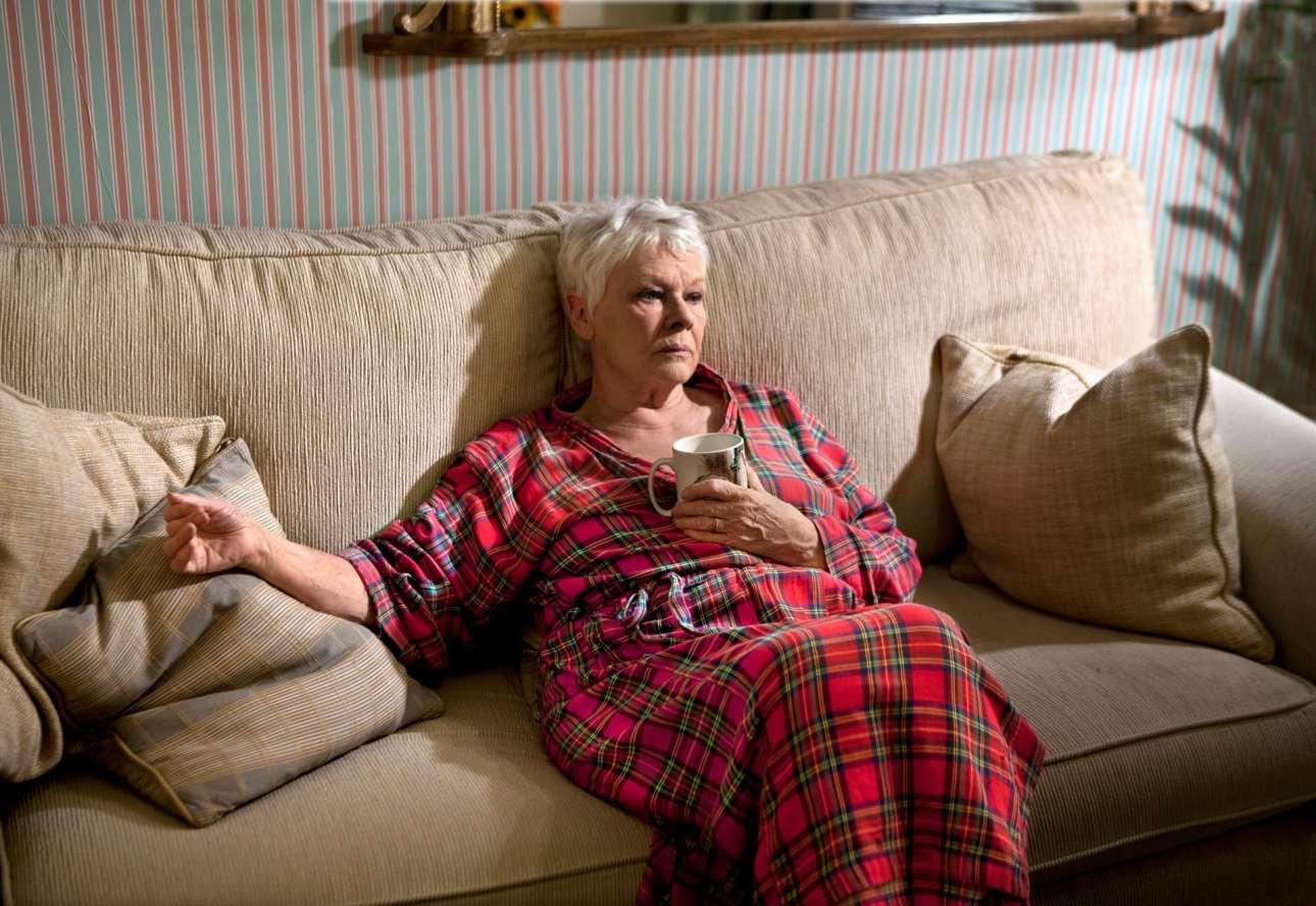 2013: η σπουδαία βρετανίδα ηθοποιός Τζούντι Ντεντς χαλαρώνει πριν βγει στη σκηνή του «Noël Coward», για την παράσταση «Πέτρος και Αλίκη» του Τζον Λόγκαν