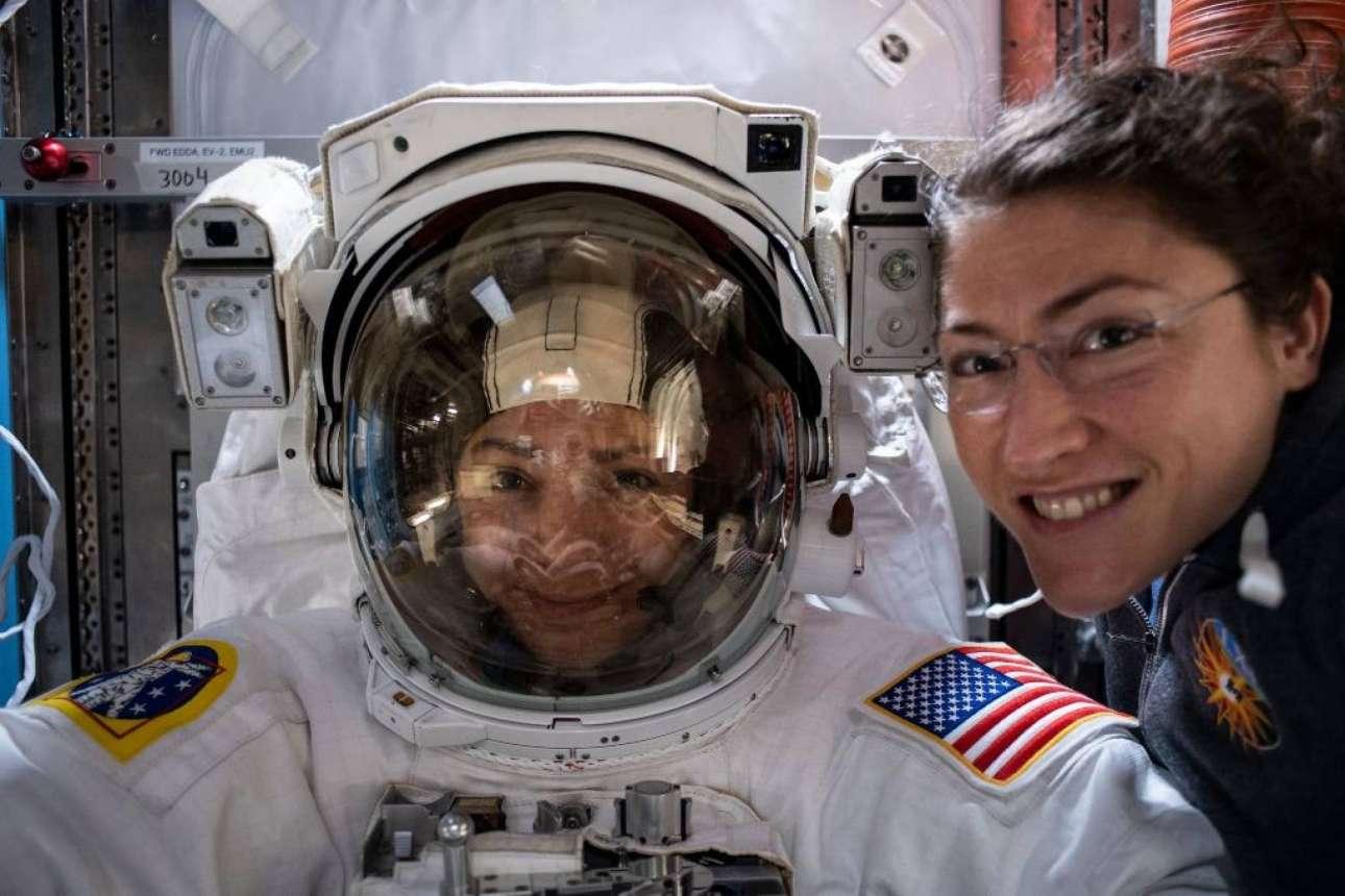 Λάμπουν τα μάτια μέσα από το γυαλί της στολής: η Τζέσικα Μάιρ, αστροναύτισσα με τα όλα της, ετοιμάζεται για την πρώτη βόλτα της στο διαστημικό κενό - εμπειρία που όλοι ελπίζουμε ότι θα γέμισε την ψυχή της. Δίπλα της η πεπειραμένη συνάδελφός της Κριστίνα Κοχ