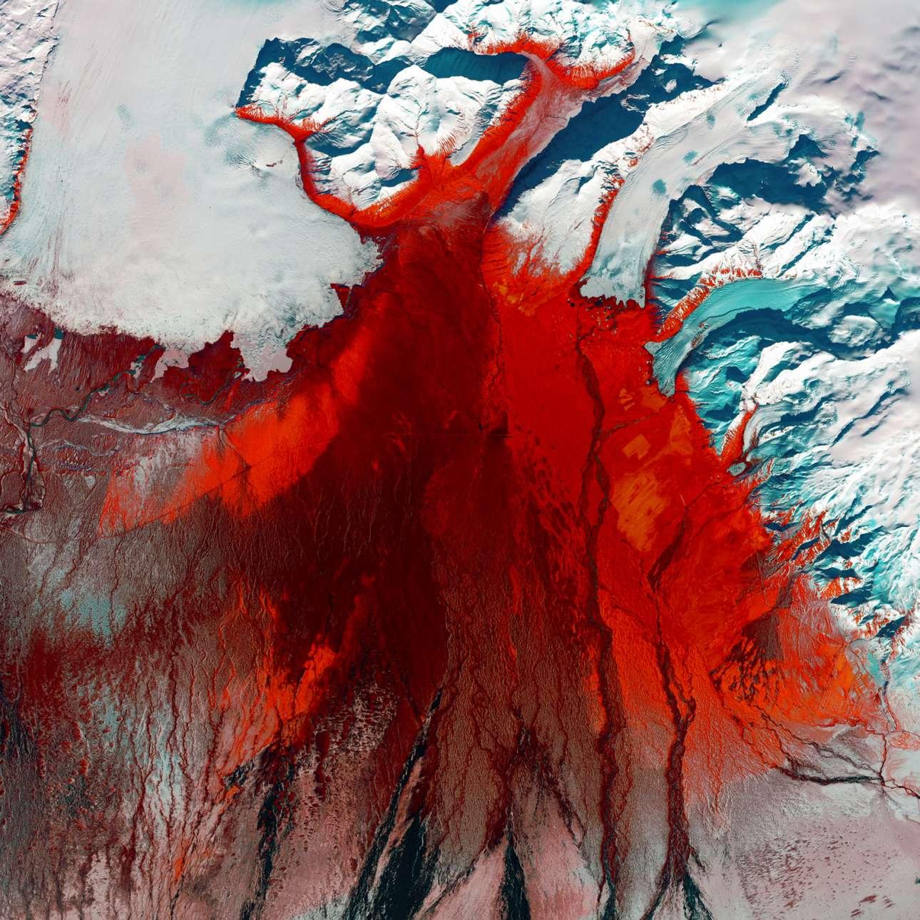 H πεδιάδα Skeiðarársandur στην Ισλανδία είναι μια από τις μεγαλύτερες πεδιάδες στον πλανήτη όπου κυριαρχούν μόνιμοι παγετώνες. Όταν σε κάποια σημεία οι παγετώνες λιώνουν δημιουργούνται διαφόρων ειδών γεωλογικοί σχηματισμοί οι οποίοι αποκτούν τελικά μια γκρίζα-μαύρη απόχρωση. Το κόκκινο χρώμα υποδεικνύει την παρουσία χαμηλής βλάστησης στην περιοχή (χόρτα, βρύα, θάμνοι)