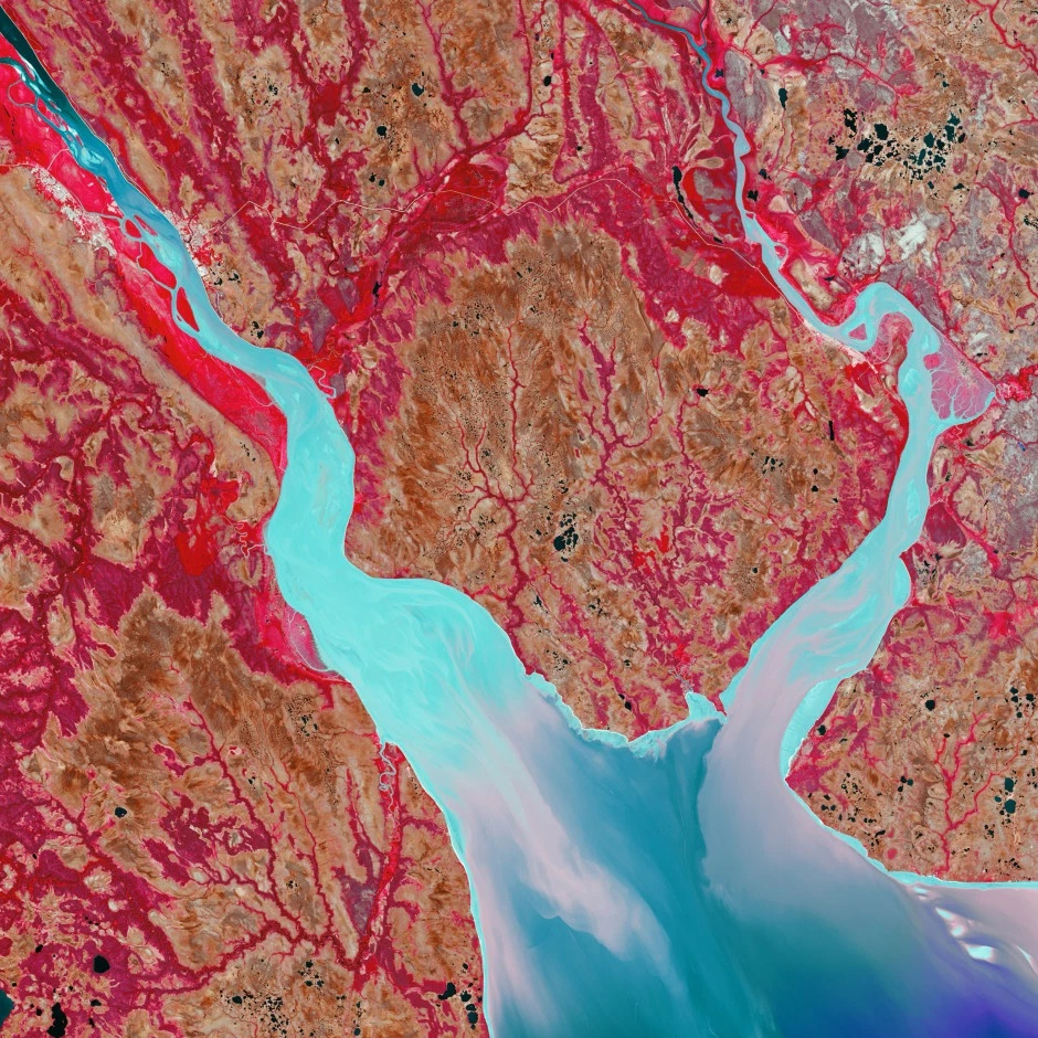 To γλυκό νερό του ποταμού Mezen στην βόρεια Ρωσία συναντά το θαλασσινό νερό του Αρκτικού Ωκεανού. H εκβολή σχηματίζει μια χοάνη και όχι ένα δέλτα. Εκεί που η φωτεινότητα του νερού είναι πιο έντονη είναι επειδή το νερό σε εκείνα τα σημεία στροβιλίζεται