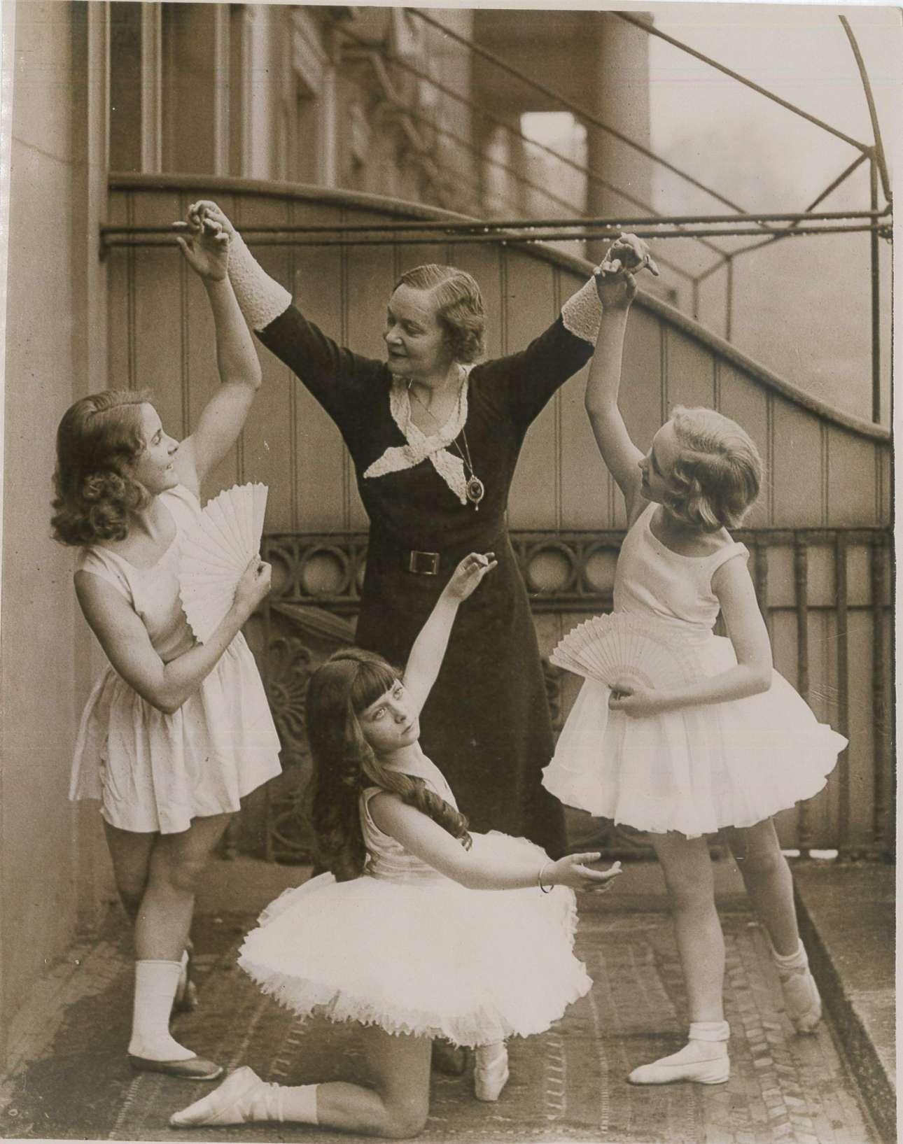 H καταξιωμένη μπαλαρίνα Αντελίν Ζενέ, μαζί με τα νεαρά μέλη του Συλλόγου Οπερατικού Χορού, πριν από πρωινή παράσταση σε θέατρο του Γουέστ Εντ το 1932