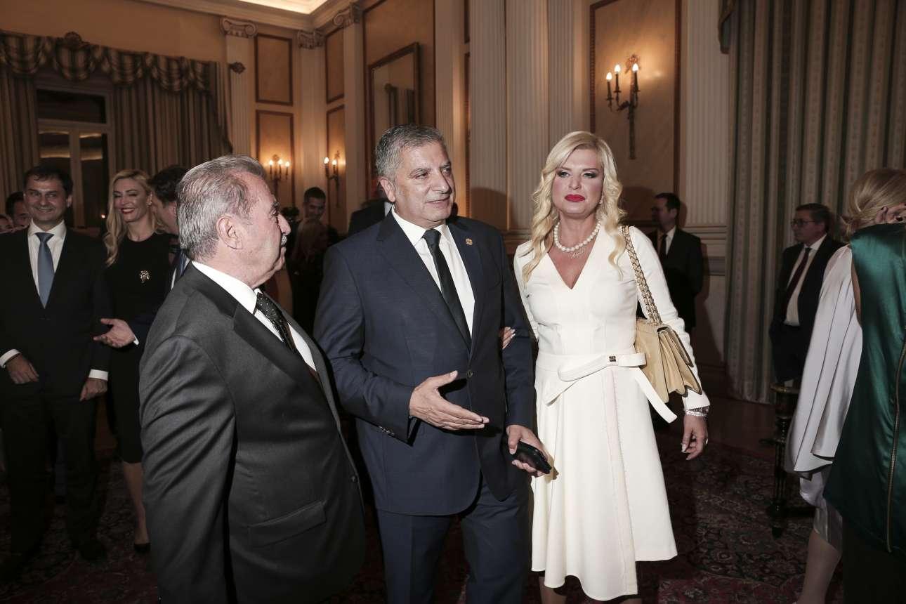 Ο περιφερειάρχης Αττικής Γιώργος Πατούλης με τη σύζυγό του Μαρίνα και τον παλαιότερο κοινοβουλευτικό Ιωάννη Τραγάκη