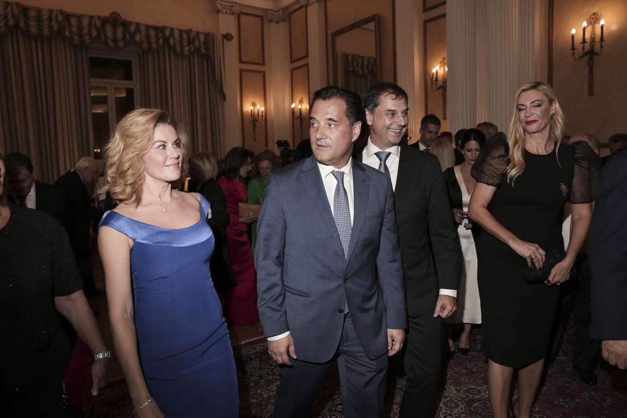 Ο υπουργός Ανάπτυξης Αδωνης Γεωργιάδης, ο υπουργός Τουρισμού Χάρης Θεοχάρης και οι σύζυγοί τους