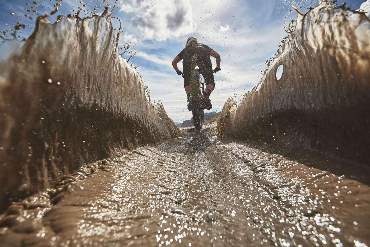 Νικητής στην κατηγορία Innovation by Sony Category. Η αθλήτρια του μοτοκρός Κέιτι Ουίντον σε έναν λασπωμένο δρόμο κάπου στην Βόρεια Ουαλία