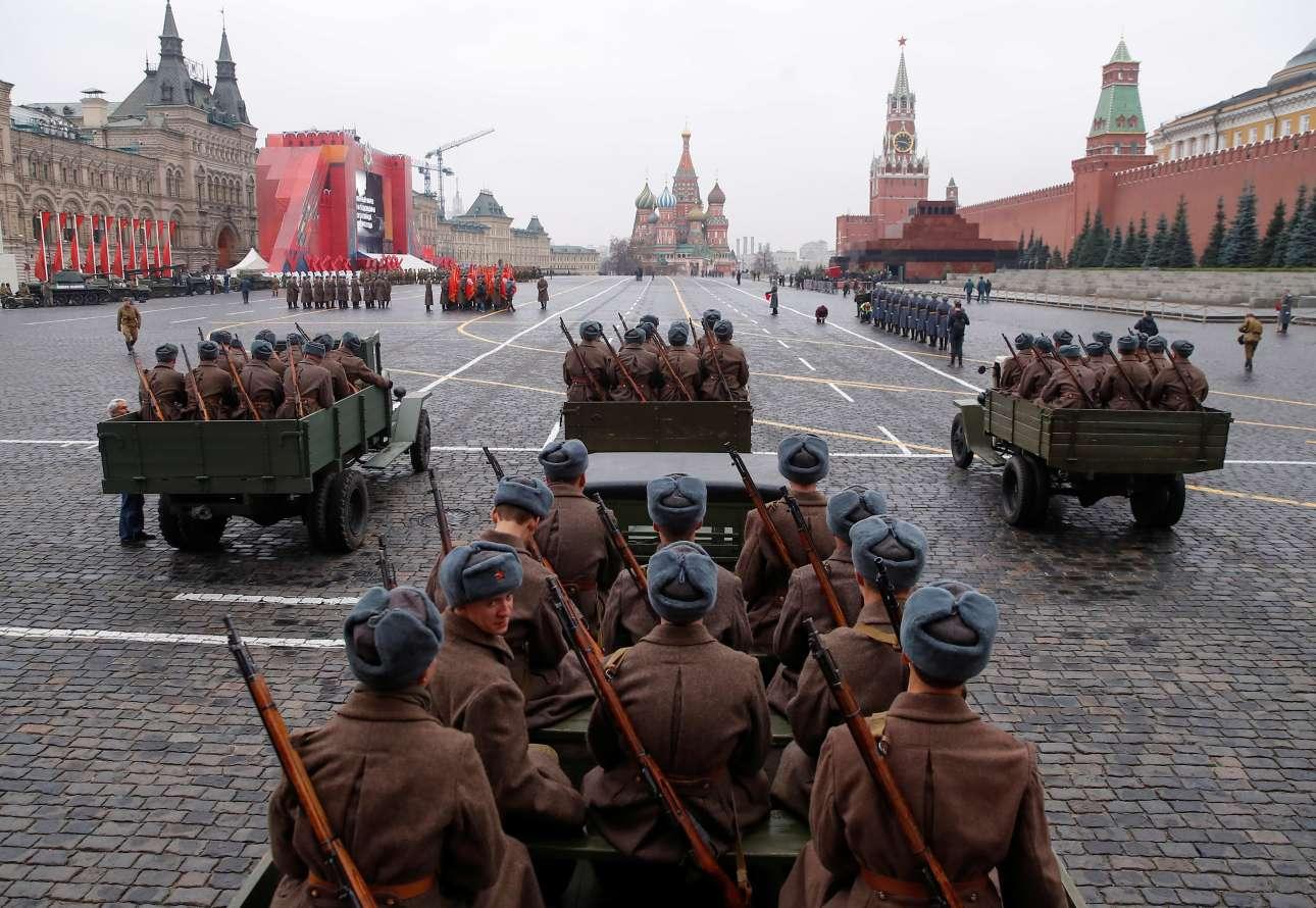 Ενα ανοικτό πλάνο από την Κόκκινη Πλατεία που στολίστηκε ξανά με κόκκινες σημαίες