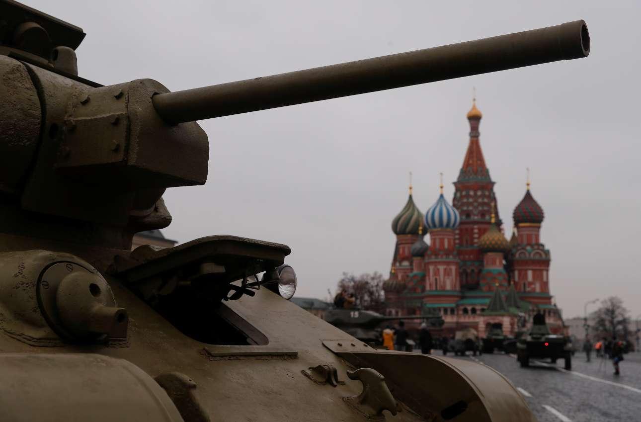 Και φυσικά από μια παρέλαση σαν αυτή δεν θα μπορούσαν να απουσιάζουν τα ιστορικά άρματα μάχης, αυτά που έκριναν την τύχη του πολέμου στο Ανατολικό Μέτωπο, στη Μάχη του Κουρσκ