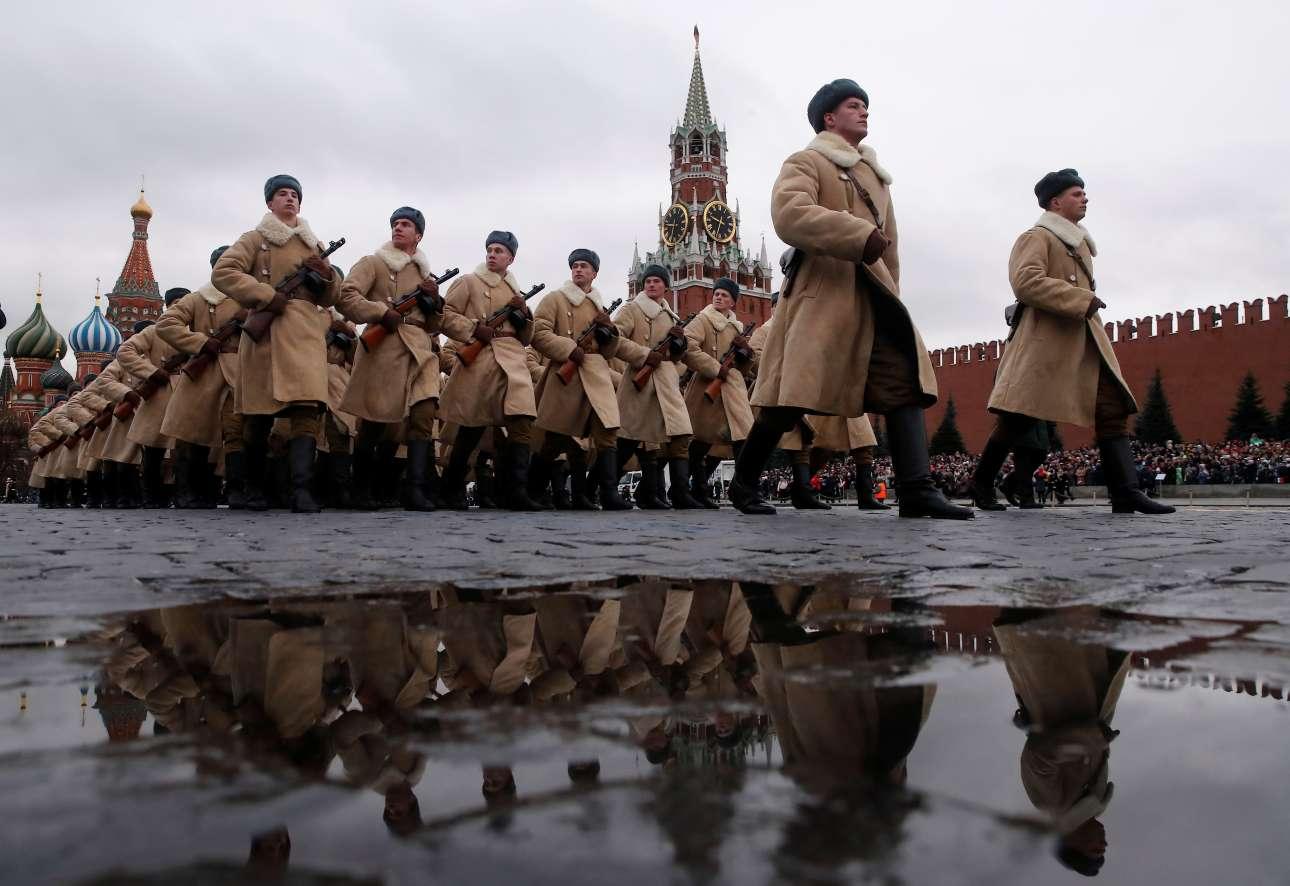 Στην εφετινή παρέλαση συμμετείχαν περίπου 4.000 στρατιώτες, όλοι ντυμένοι με στολές εποχής