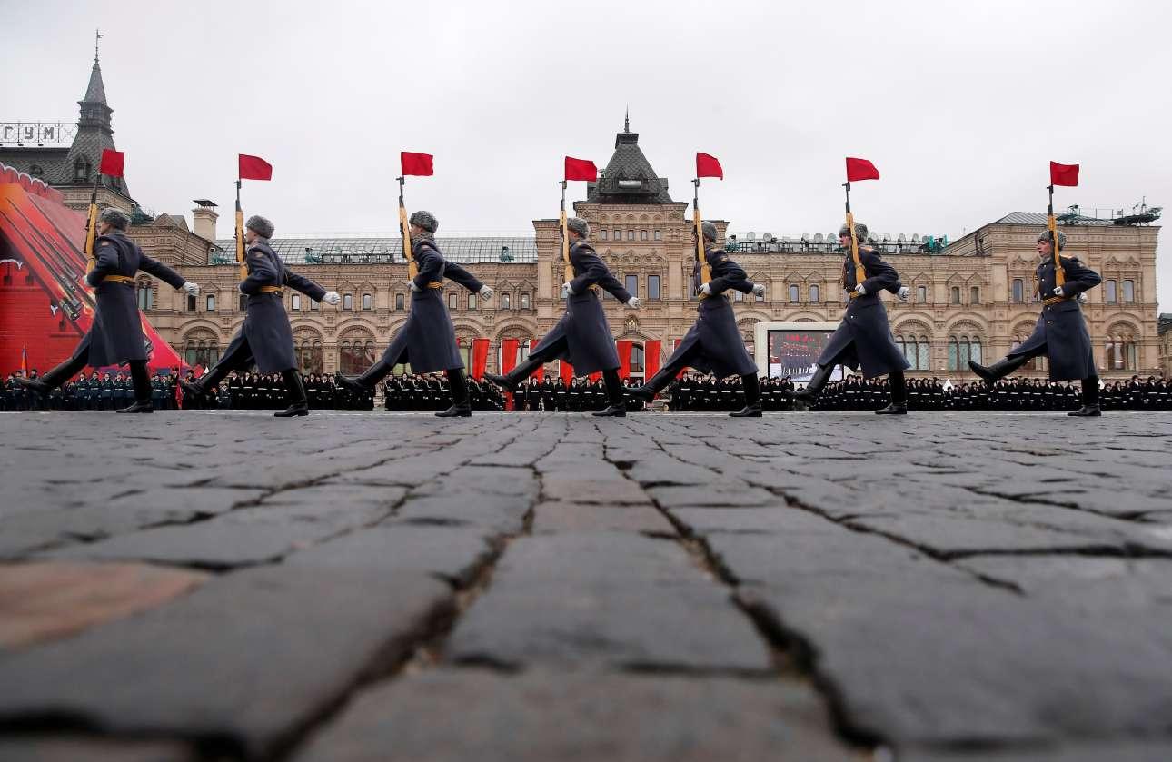 Ο δήμαρχος της Μόσχας Σεργκέι Σομπιάνιν απευθυνόμενος στους Μοσχοβίτες είπε: «Εδώ, στην Κόκκινη Πλατεία, σε μια κρύα ημέρα με πολύ αέρα, στις καρδιές των ανθρώπων γεννιόνταν η ελπίδα. Από εδώ, από τα τείχη του Κρεμλίνου, ξεκίνησε ο μακρύς και δύσκολος δρόμος προς το Βερολίνο»