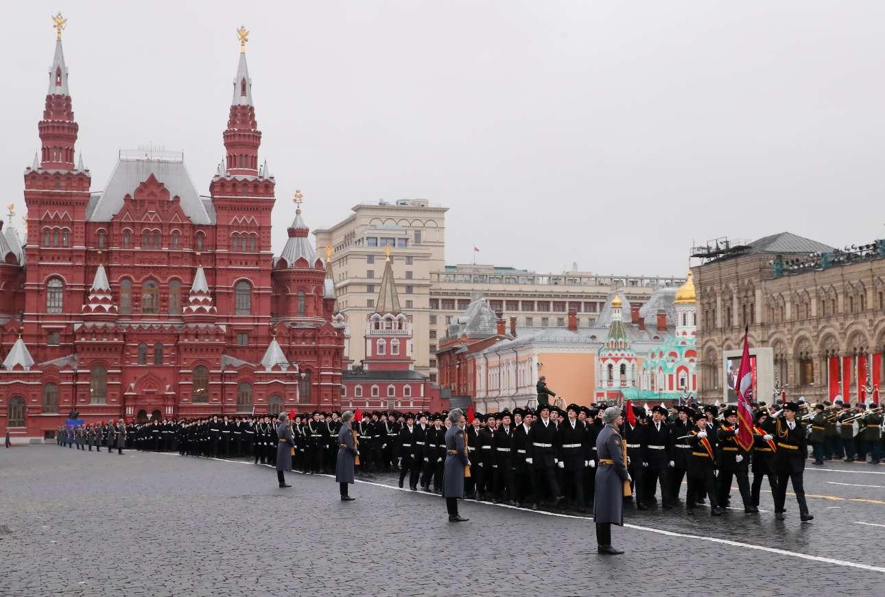 Στρατιωτική φιλαρμονική, σημαιοφόροι και εκατοντάδες στρατιωτικοί σε τέλεια παράταξη