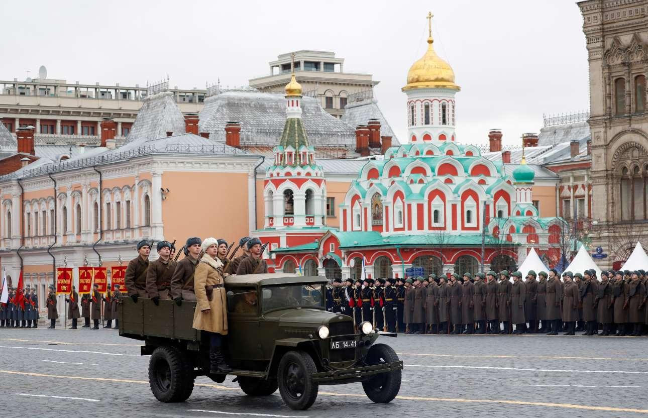 Και τα παλιά φορτηγά μεταφοράς διμοιρίας συμμετείχαν στην παρέλαση