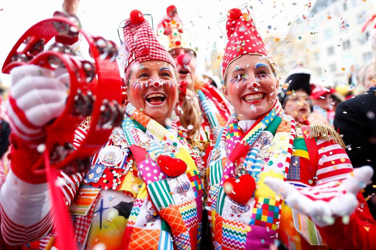 Κολωνία. Οι γλεντζούδες πήραν τις ρούγες διότι «άρχισαν οι καρναβαλικές γιορτές» – άντε και Καλά Χριστούγεννα, κορίτσια