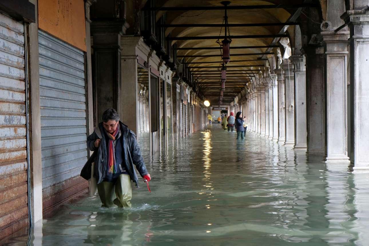 Τα καταστήματα πέριξ της πλατείας του Αγίου Μάρκου έκλεισαν και κατέβασαν τα ειδικά ρολά που εμποδίζει το νερό