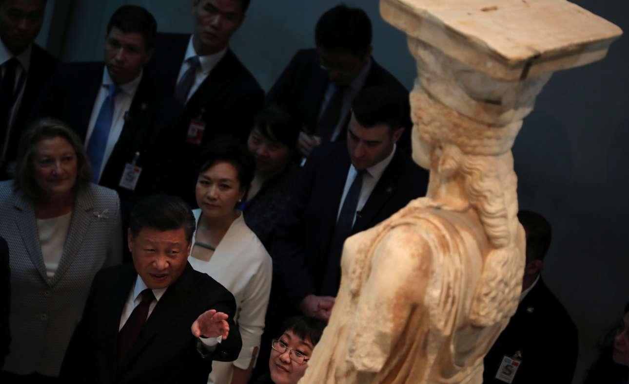 Ο Σι Τζινπίνγκ παρατηρεί μια Καρυάτιδα