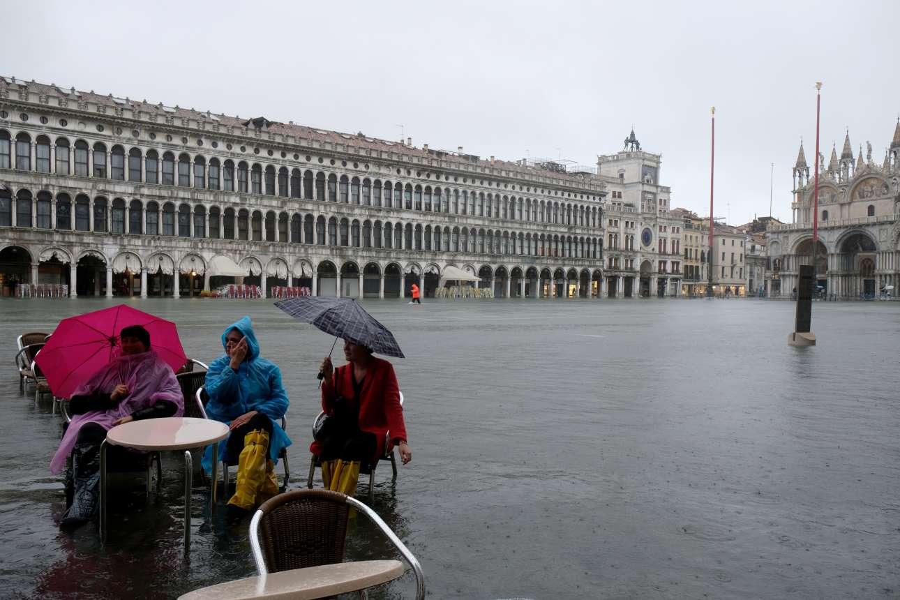 Δεν πτοούνται. Τουρισμός στη Βενετία ακόμα και κατά τη διάρκεια του φαινομένου «Acqua Alta». Η κατάσταση όμως επιδεινώθηκε την Τρίτη και τα τραπεζοκαθίσματα παρασύρθηκαν από τα νερά