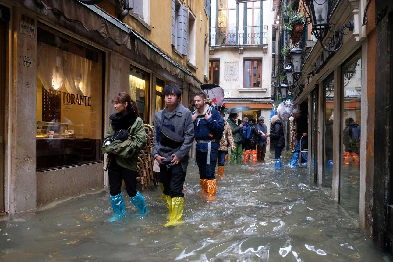 Ο τουρίστας δεν σταματά ούτε από το «Acqua Alta»
