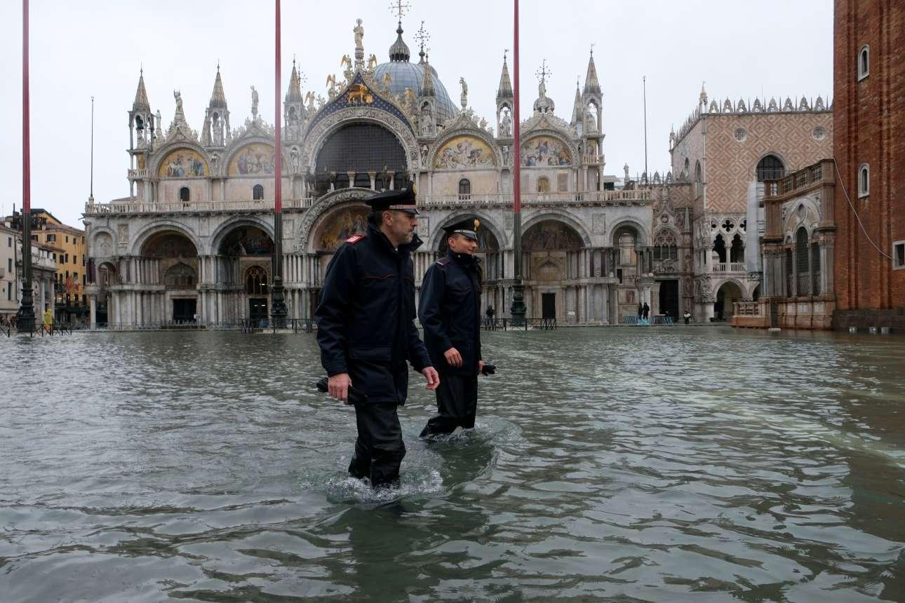Δύο αστυνομικοί περιπολούν στην πλημμυρισμένη πλατεία του Αγίου Μάρκου