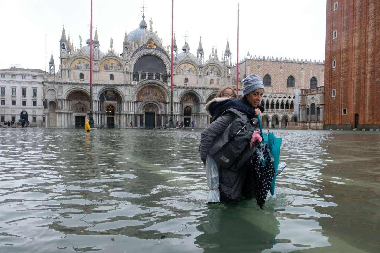 Τα νερά το μεσημέρι της Τρίτης έφτασαν μέχρι πάνω από το γόνατο. Το παιδί πρέπει να μεταφερθεί στην πλάτη