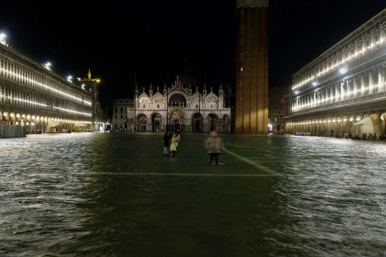 Μια σχεδόν ειδυλλιακή -αν και υδάτινη- νύχτα, τη Δευτέρα, στην πλατεία του Αγίου Μάρκου. Ωστόσο η πλημμύρες έγιναν χειρότερες το βράδυ της Τρίτης