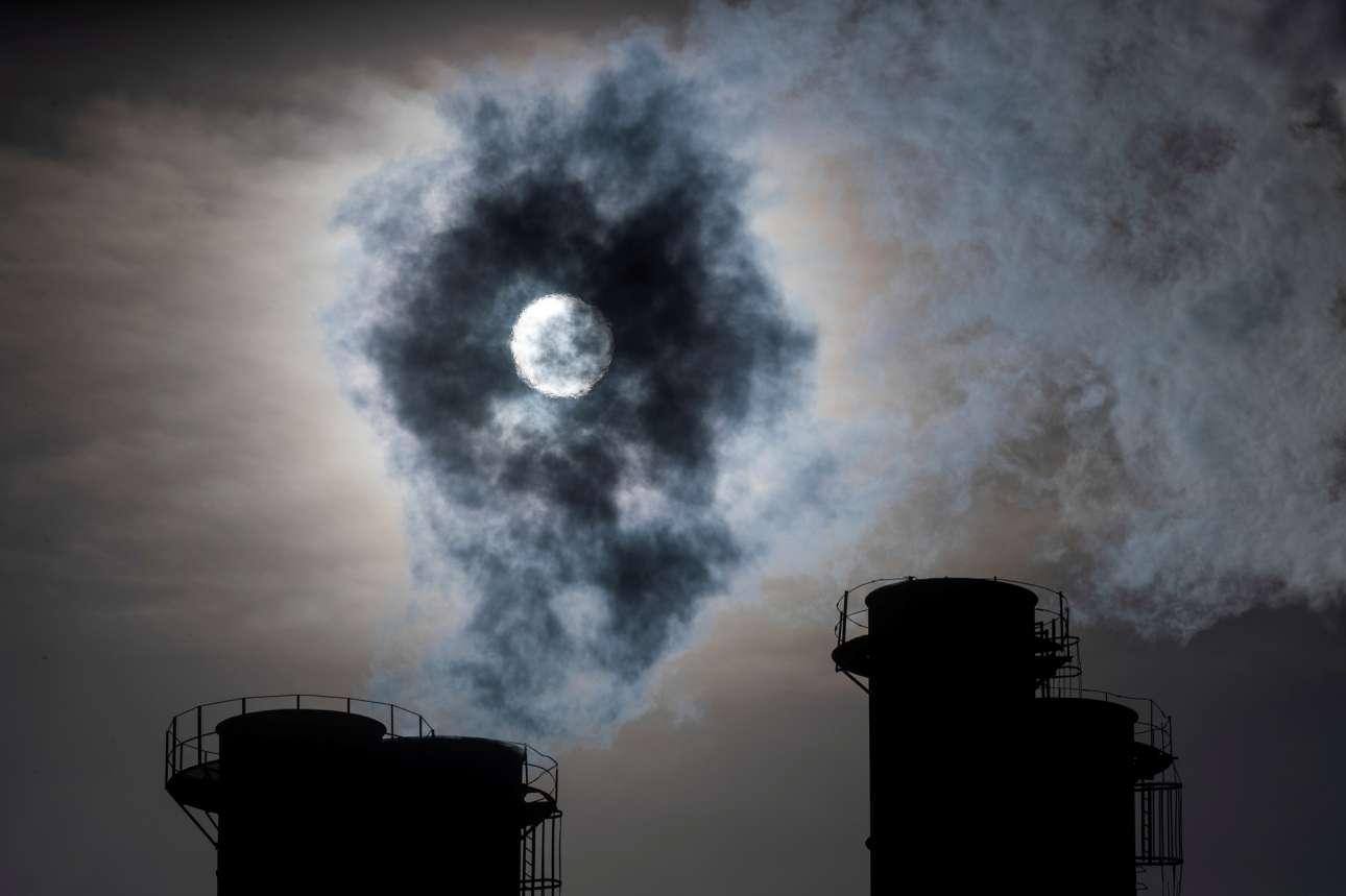 Μόσχα. Για το χατίρι του φακού ο ήλιος προσπαθεί να λάμψει πίσω από τους ατμούς του σταθμού ηλεκτροπαραγωγής – και δεν τα καταφέρνει