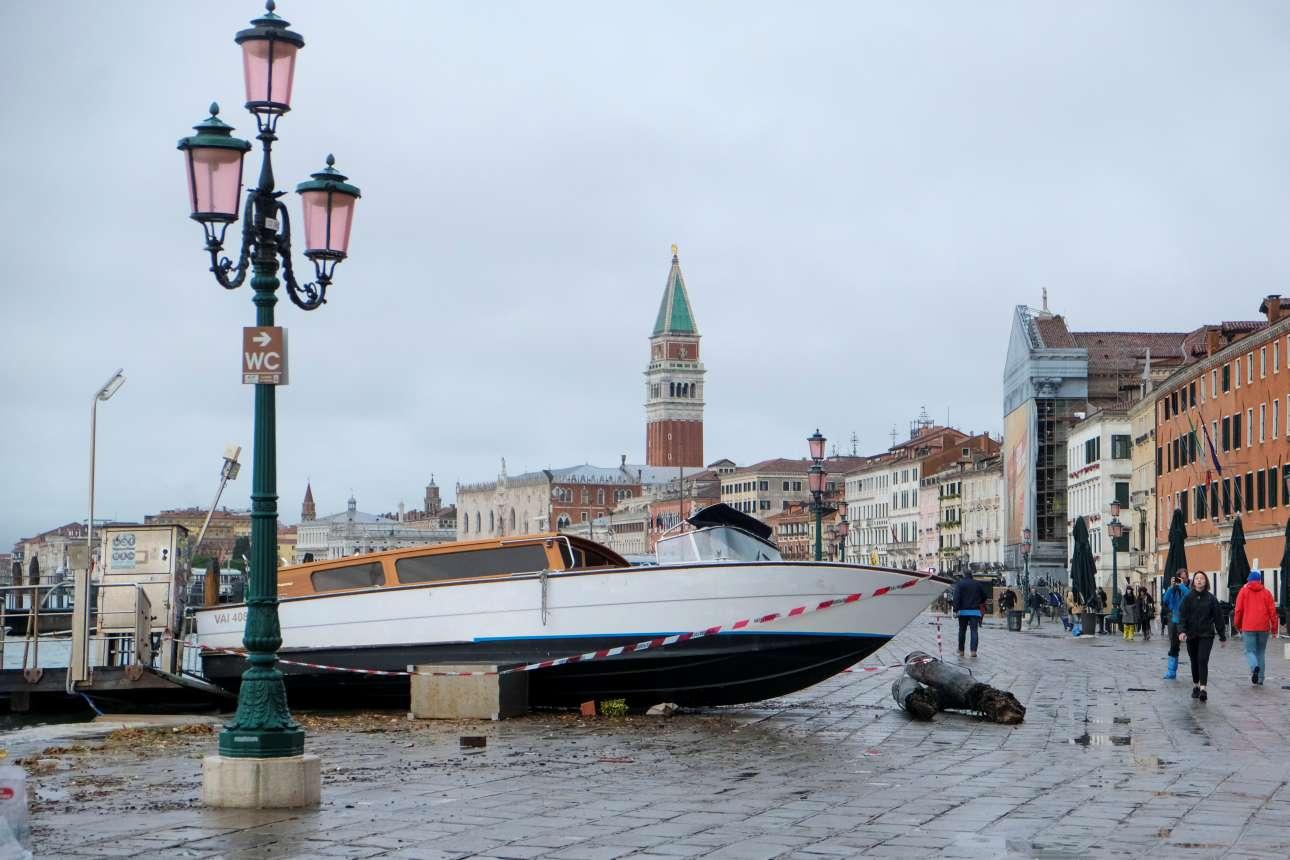 Ξημέρωμα Τετάρτης. Ενα πλωτό ταξί έχει ξεβραστεί στην ακτή μετά τις πλημμύρες-ρεκόρ που καταγράφηκαν την Τρίτη