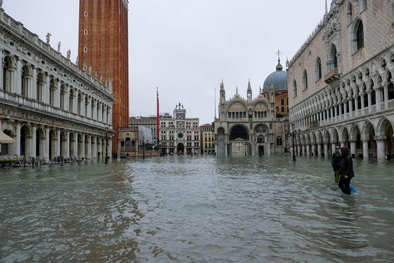 Πρώτες πρωινές ώρες της Τετάρτης, τα νερά στην πλατεία του Αγίου Μάρκου έχουν ανέβει επικίνδυνα