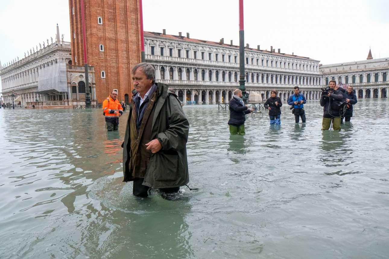 Πρωί Τετράρτης. Ο δήμαρχος της Βενετίας Λουίτζι Μπρουγκνάρο προσπαθεί να βαδίσει στην πλατεία του Αγίου Μάρκου σε μια πρώτη προσπάθεια να εκτιμηθεί το μέγεθος της καταστροφής