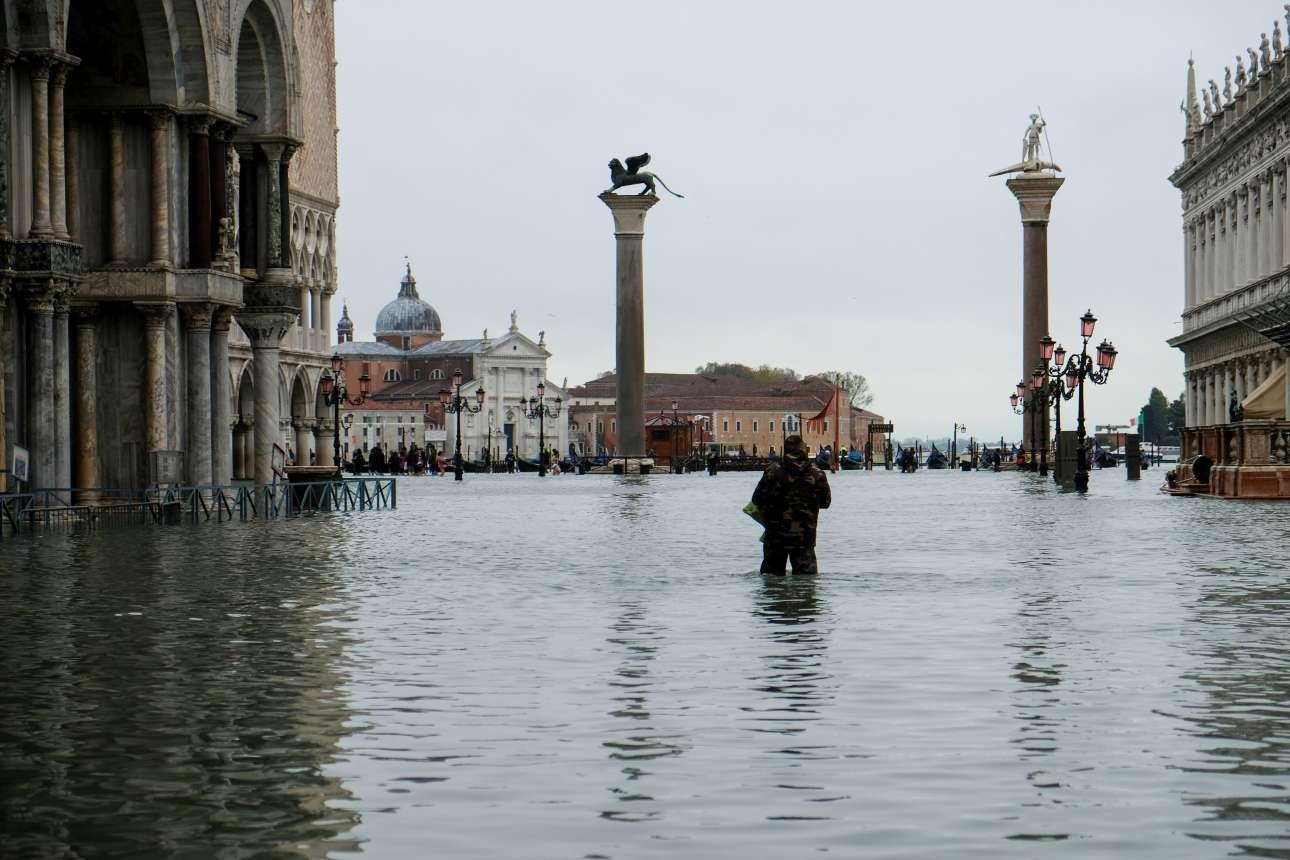 Το πρωί της Τετάρτης (13 Νοεμβρίου) τα νερά στην πλατεία του Αγίου Μάρκου είχαν φτάσει σε ασυνήθιστα ύψη