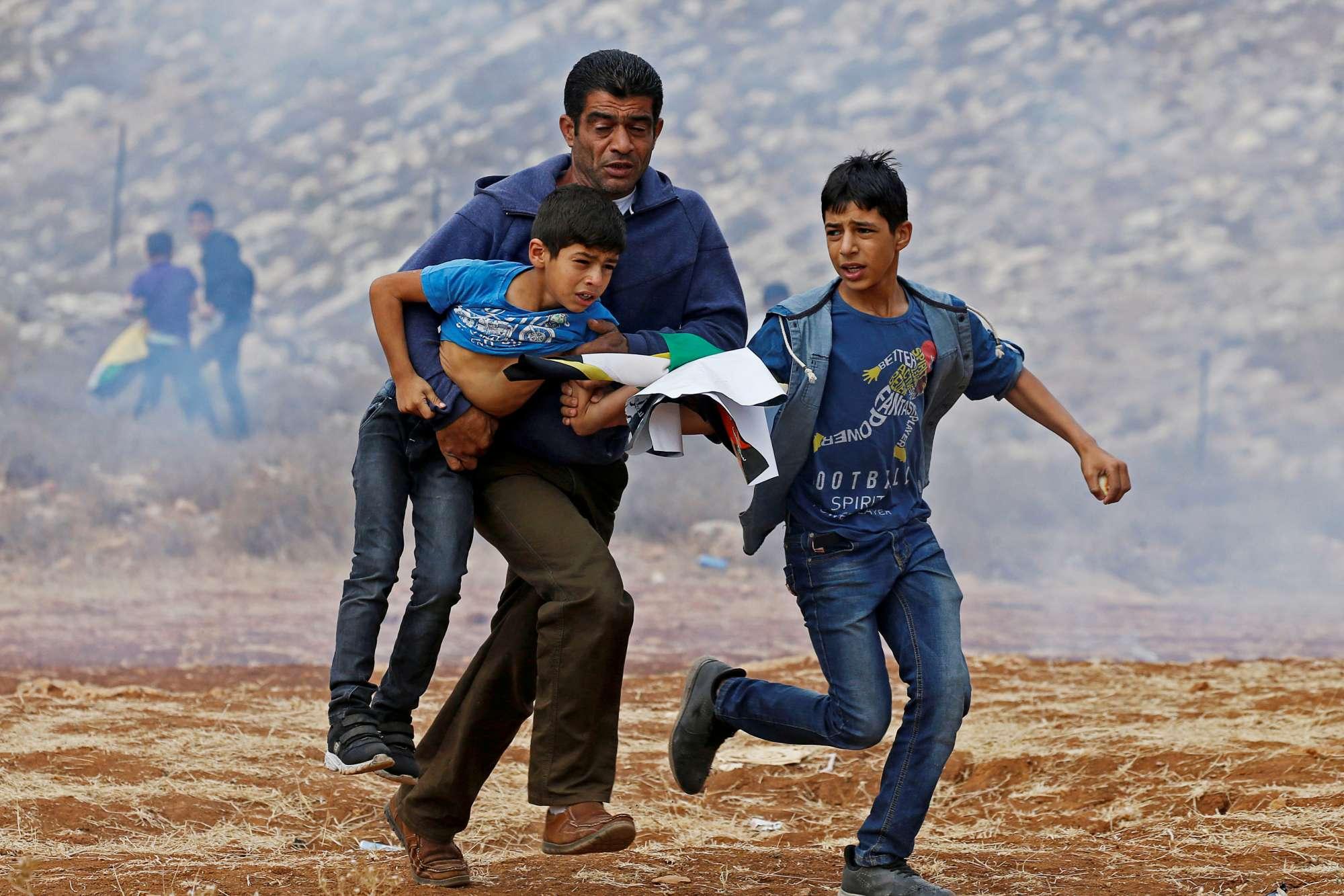 Δυτική Οχθη. Μικροί και μεγάλοι, κατά μόνας ή οικογενειακώς, οι Παλαιστίνιοι συνεχίζουν να διαμαρτύρονται για τους εβραϊκούς οικισμούς, μέσα σε σύννεφα δακρυγόνων