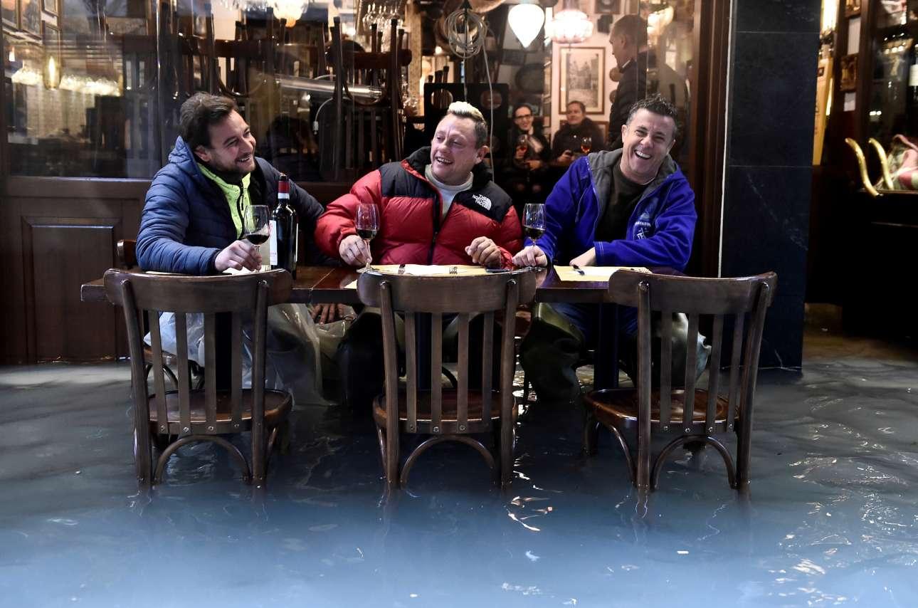 Βενετιά, πλημμυρισμένη. Πινό νέρο, ντόπιο κιόλας, ή μπαρόλο πίνουν τα παλικάρια; Μήπως μπαρμπέρα ή τάχα κιάντι; Διαφημίζουν ή δυσφημούν την οστερία;