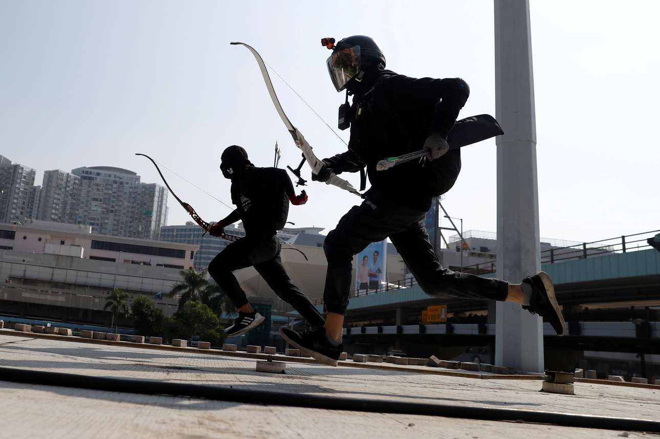 Χονγκ Κονγκ. Το νέο τρίαθλο των διαδηλωτών-κομάντος περιλαμβάνει δοκιμασίες στις ρίψεις, στη σκοποβολή και στο σπριντ διαρκείας