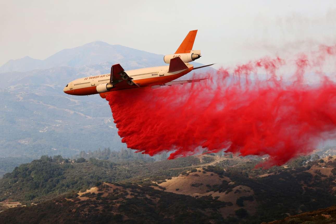 Σάντα Μπάρμπαρα, Καλιφόρνια, ΗΠΑ: πυροσβεστικό αεροσκάφος τύπου DC10 ρίχνει επιβραδυντικό υγρό να για σταματήσει την εξάπλωση της πυρκαγιάς στη λοφώδη έκταση