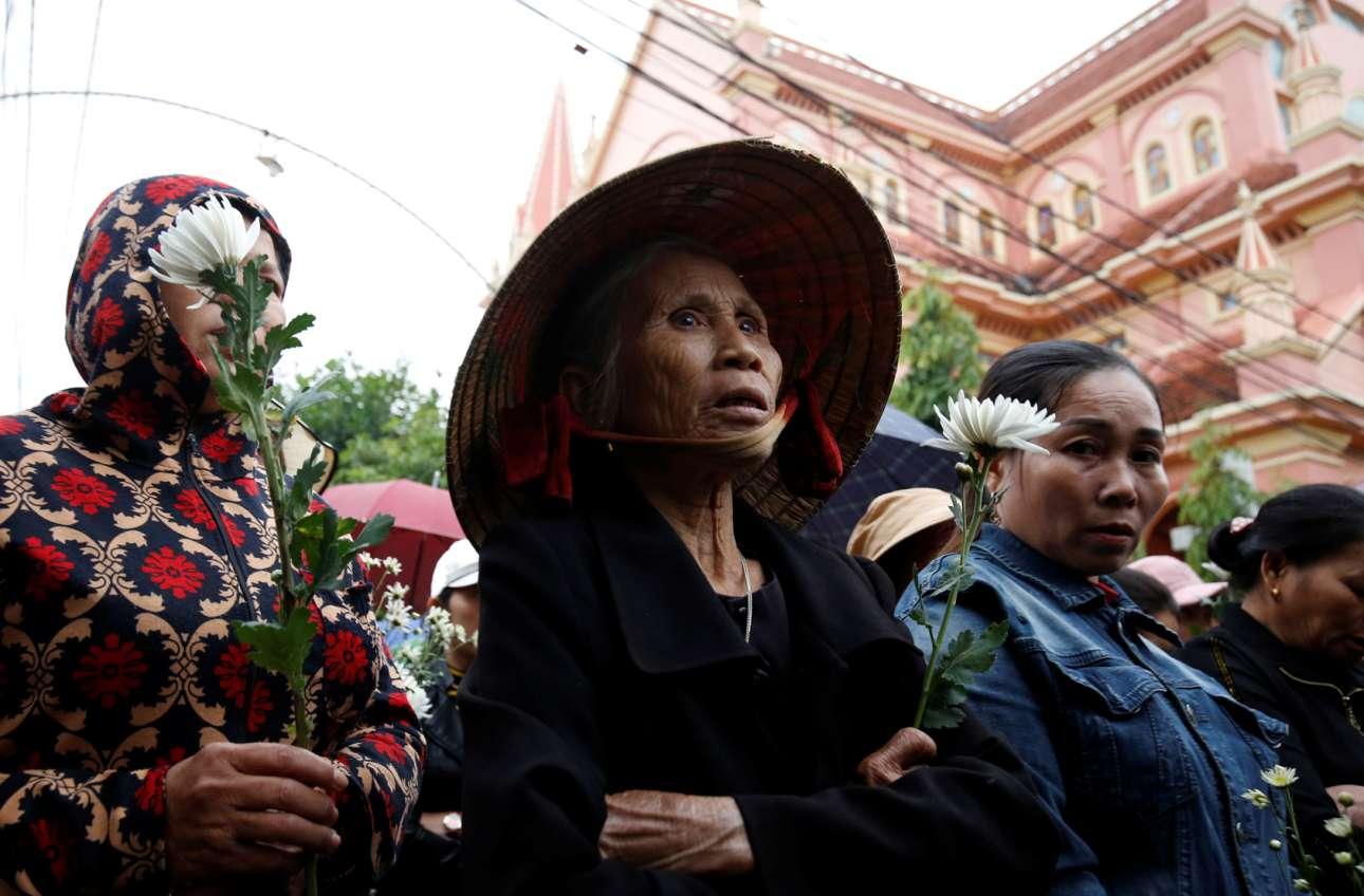 Νγκιέ Αν, Βιετνάμ: συγγενείς και συγχωριανοί δύο μεταναστών από εκείνους που πέθαναν μέσα στην καρότσα της νταλίκας, στο Εσεξ, παρίστανται στην κηδεία τους