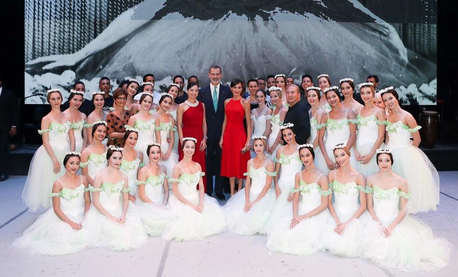 Αβάνα. Ο βασιλιάς της Ισπανίας Φίλιππος και η βασίλισσα Λετίτσια (με το κόκκινο η δεξιά) εν μέσω χορευτών και χορευτριών του Εθνικού Μπαλέτου της Κούβας