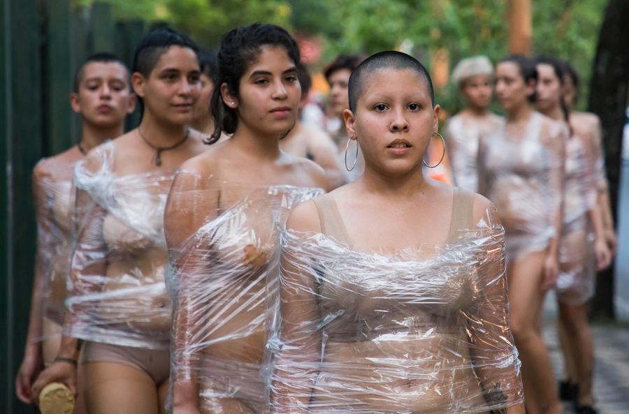 Ασουνσιόν, Παραγουάη: η Παγκόσμια Ημέρα για την εξάλειψη της βίας κατά των γυναικών γιορτάστηκε από τις νεαρές διαδηλώτριες με τον τρόπο που βλέπετε