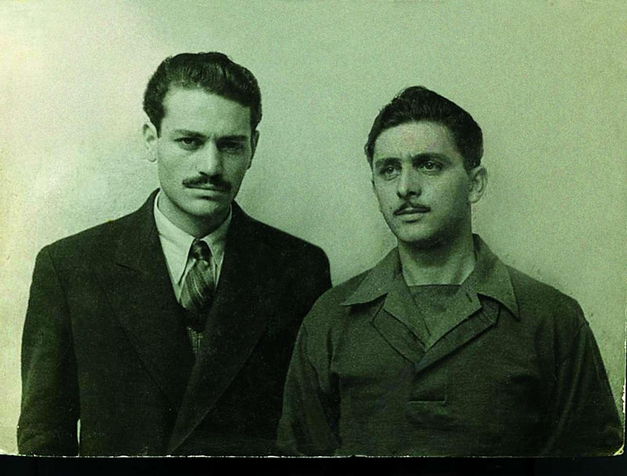 Ο Μανώλης Γλέζος με τον Λάκη Σάντα (δεξιά). Τη νύχτα της 30ής προς την 31η Μαΐου του 1941, φοιτητές τότε, έκαναν την πρώτη πράξη αντίστασης στον κατακτητή, κατεβάζοντας τη χιτλερική σημαία από την Ακρόπολη