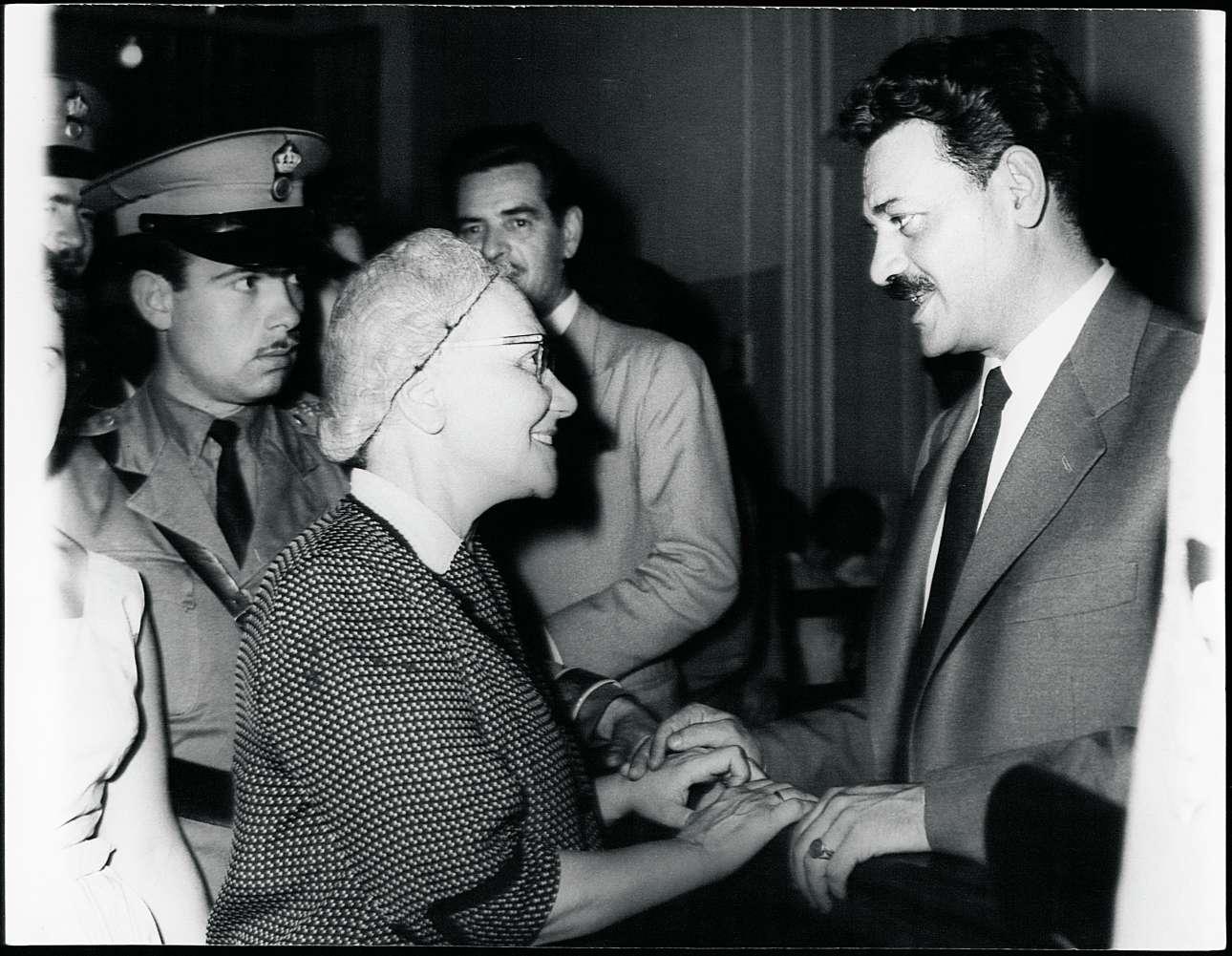 Με τη μητέρα του, Μάχη, σε μια διακοπή της δίκης του στο Στρατοδικείο, το 1958. Ακόμα και ο Αλμπέρ Καμύ είχε παρέμβει, στέλνοντας επιστολή στον τότε Πρωθυπουργό Κωνσταντίνο Καραμανλή