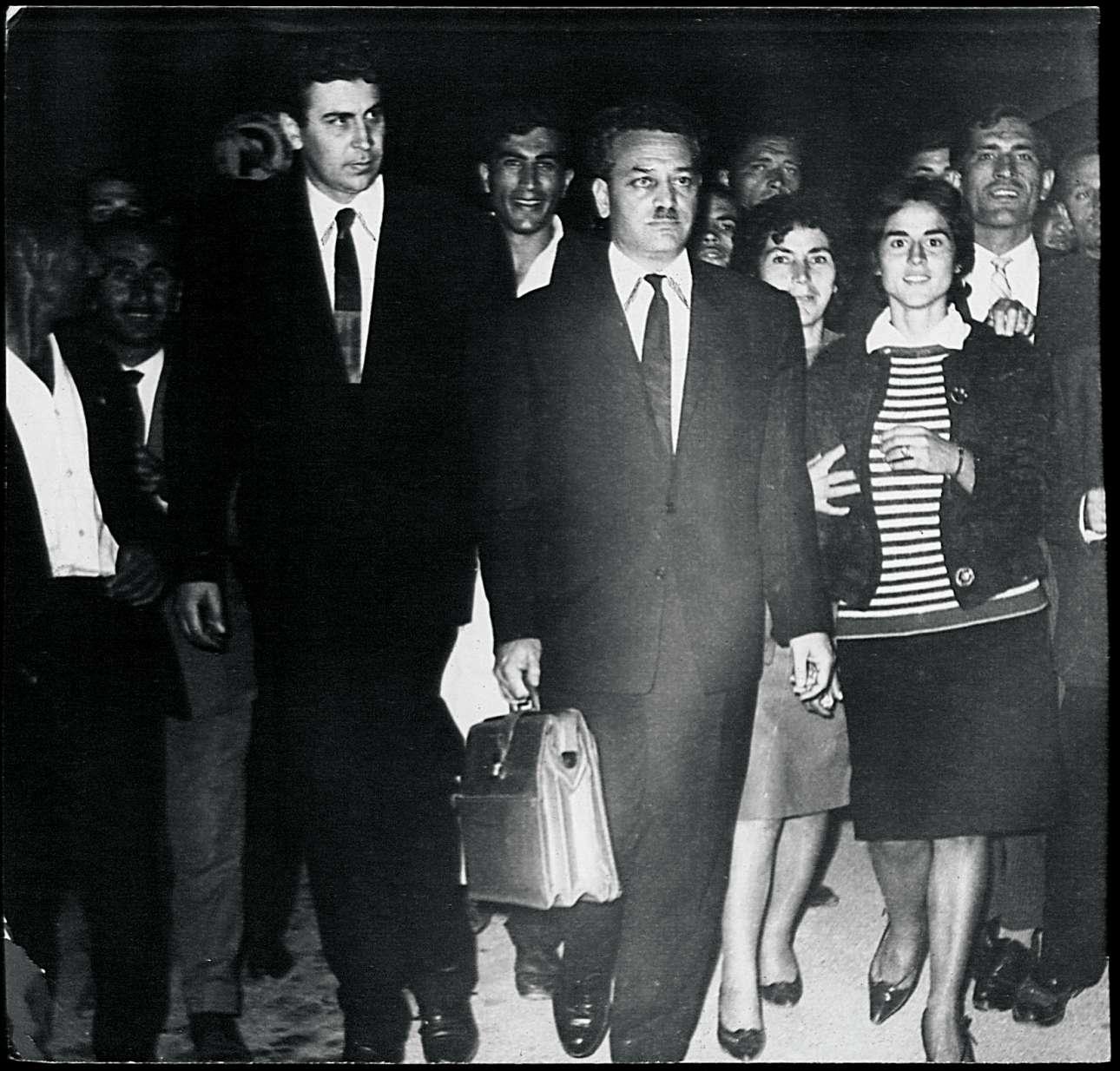 Μάιος 1963. Μαζί με τον Μίκη Θεοδωράκη καταφθάνουν στο νοσοκομείο ΑΧΕΠΑ, στη Θεσσαλονίκη,  όπου νοσηλεύεται βαρύτατα τραυματισμένος από τους παρακρατικούς ο βουλευτής της ΕΔΑ Γρηγόρης Λαμπράκης