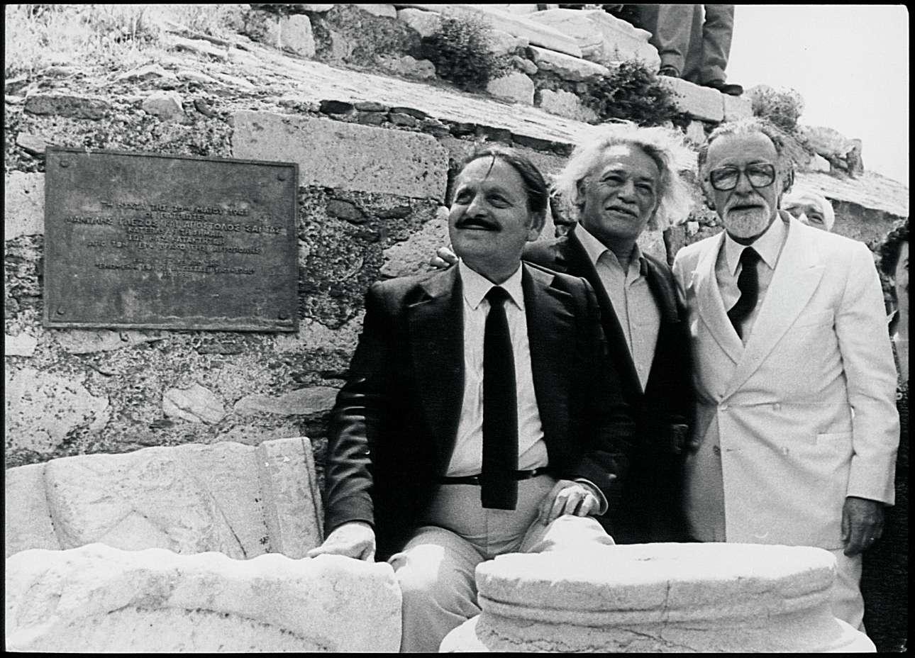Με τον Λάκη Σάντα και τον κορυφαίο αρχαιολόγο Μανώλη Ανδρόνικο τη δεκαετία του 1980 στην Ακρόπολη