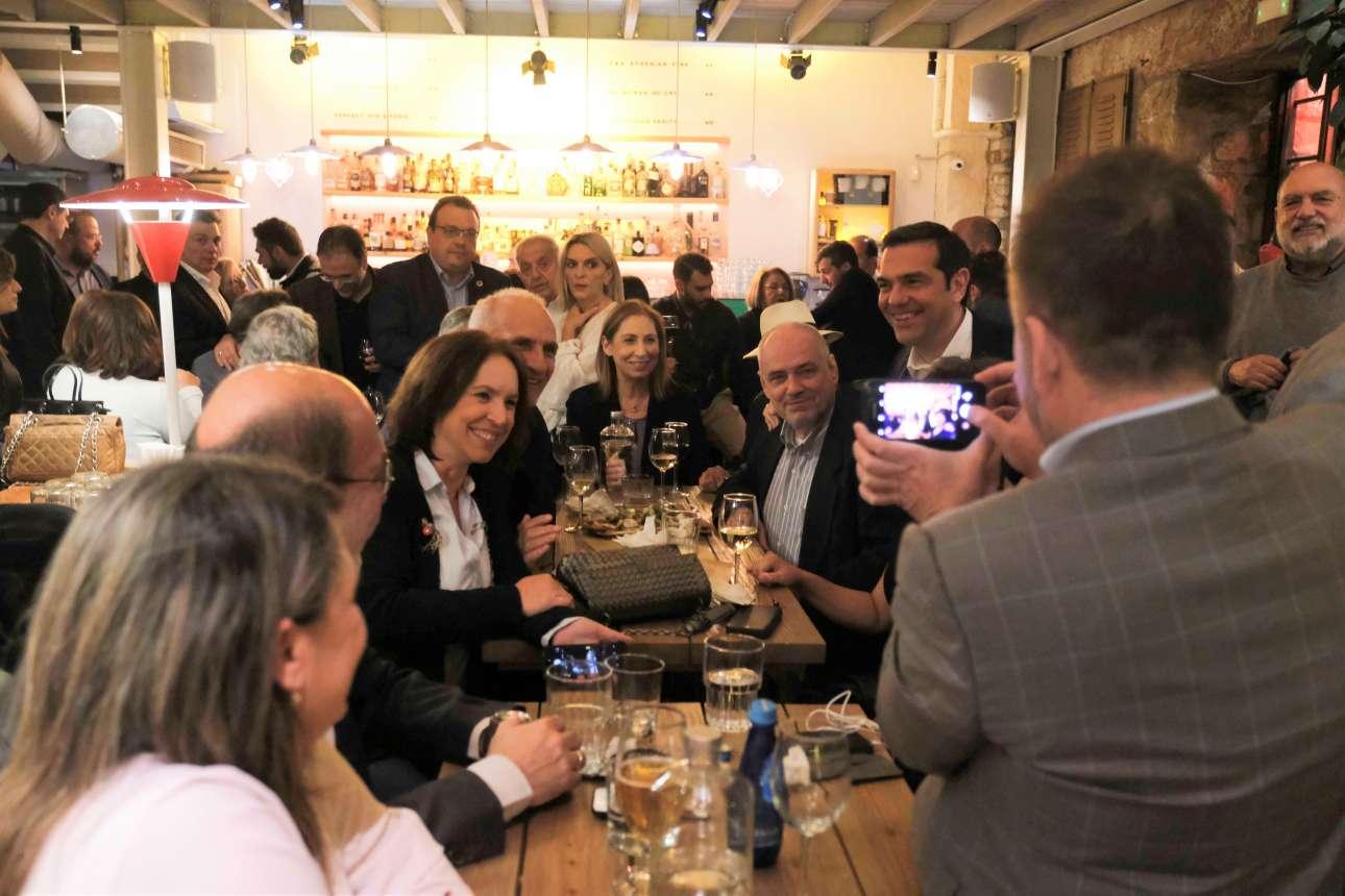 Από το ΠΑΣΟΚ στην κεφαλή τραπεζιού του ΣΥΡΙΖΑ. Η Μαριλίζα Ξενογιαννακοπούλου ποζάρει χαρούμενη μαζί με την υπόλοιπη κομπανία. Σε δεύτερο πλάνο Σωκράτης Φάμελος, Αλέκος Φλαμπουράρης και Πέτη Πέρκα παρακολουθούν το δρώμενο