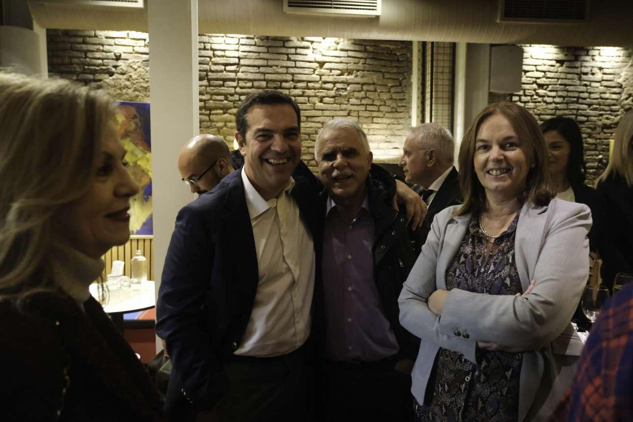 Αγκαλιά με τον κομματικό Γιάννη Μπαλάφα, ενώ η Κατερίνα Παπανάτσιου, βουλευτής Μαγνησίας, ποζάρει με ενθουσιασμό. Πίσω τους διακρίνεται ένας φέρελπις Συριζαίος, ο Γιάννης Ραγκούσης