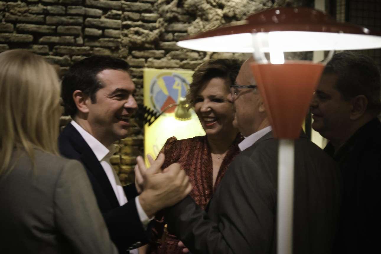 Ο Αλέξης Τσίπρας χαιρετά τους βουλευτές, υπό το ευτυχισμένο βλέμμα της Ολγας Γεροβασίλη